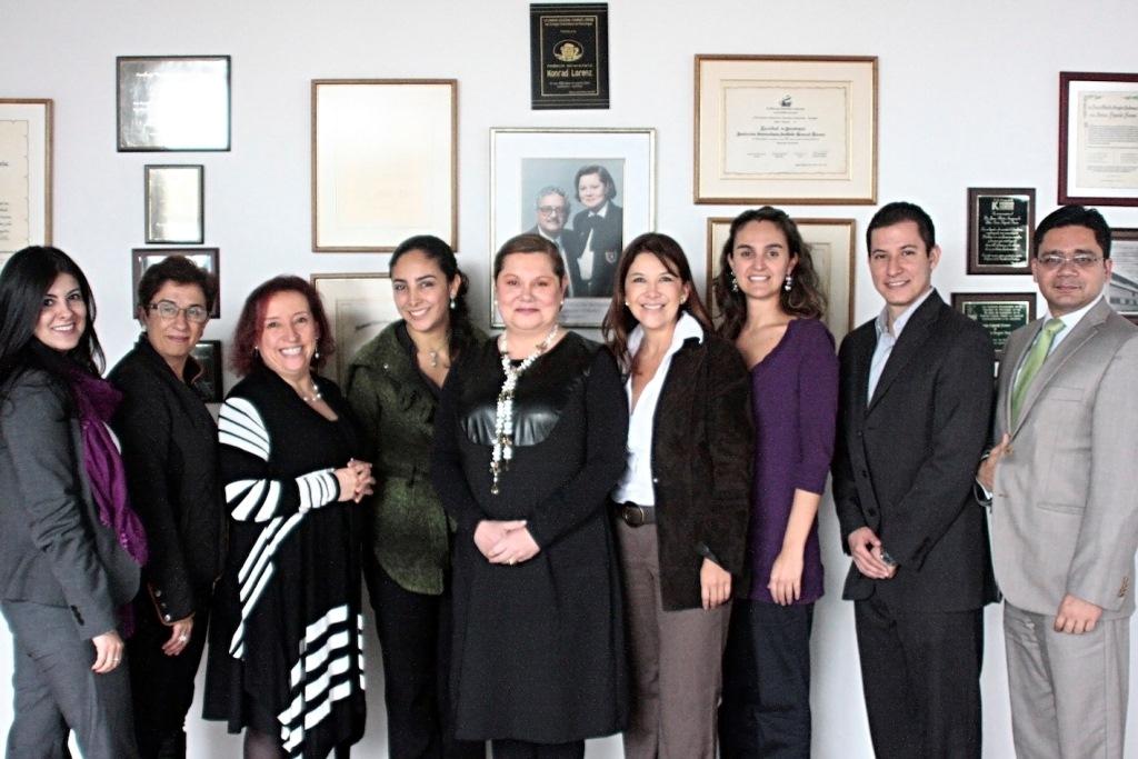 Representantes de la Konrad Lorenz y Medios MIlenium durante la firma del convenio.