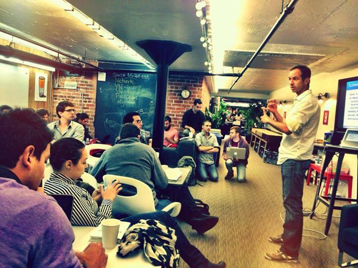 Los emprendedores aprendiendo sobre cómo levantar capital.
