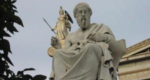 Estatuas de Sócrates y de Atenea en la Academia de Atenas
