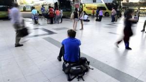 01 de Marzo del 2015/ SANTIAGO Un joven espera su bus en el terminal Santiago ubicado en Estacion Central producto del ultimo fin de semana del mes de Febrero. FOTO: MATIAS DELACROIX/AGENCIAUNO