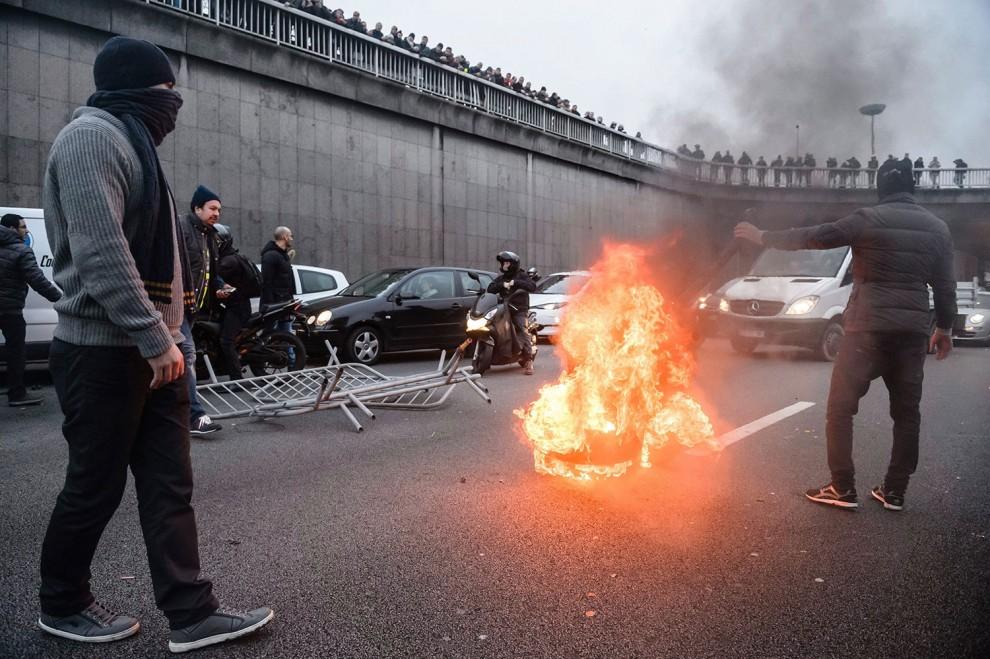 636798_uber-protesta-francia-queman-neumaticos