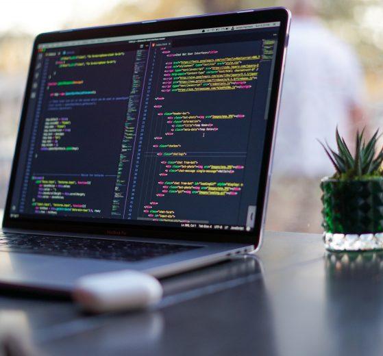 Computador mostrando código - programación